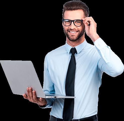 Мужчина в очках с ноутбуком в руке